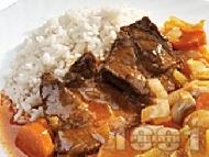Задушени сочни телешки пържоли от шол с лук, гъби, чушки и моркови и ароматен доматен сос с дафинов лист в тенджера